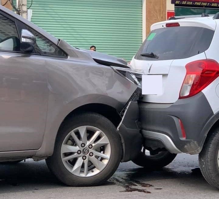Chiếc xe Toyota Innova thiệt hại khá nghiêm trọng sau va chạm với xe VinFast Fadil
