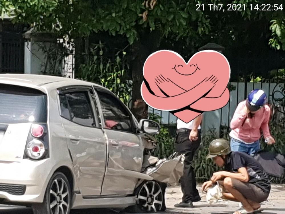 Thiệt hại của xe Kia Morning sau khi tông vào gốc cây bên đường