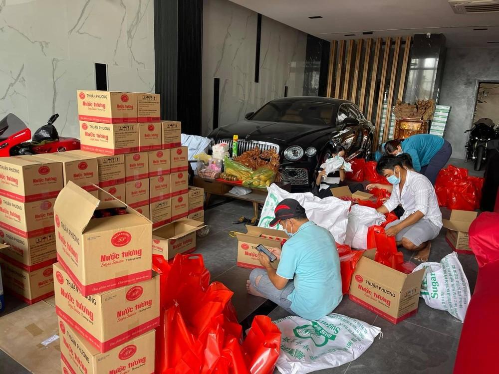 Những món quà liên tục được đóng gói nhằm vận chuyển nhanh nhất có thể để gửi tặng người bị ảnh hưởng dịch Covid-19