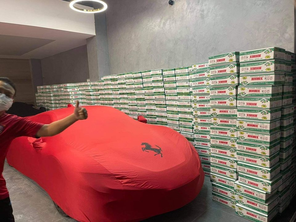 Siêu xe Ferrari SF90 Stradale trùm bạt bên cạnh 1 núi mì gói