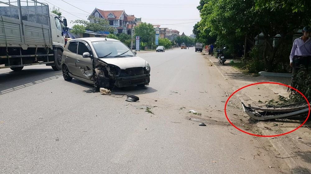 Vụ tai nạn khiến chiếc Kia Morning nát bét đầu xe, bể 1 đèn pha