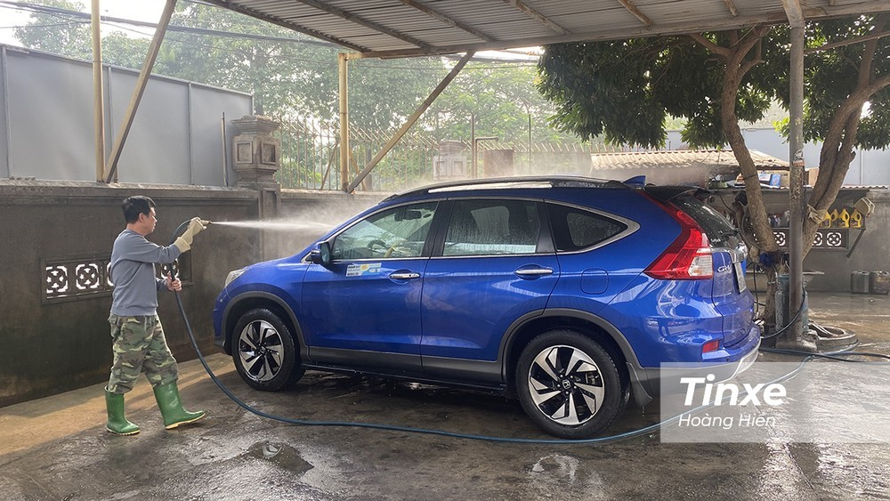 Rửa xe sạch sẽ trước khi cất xe trong thời gian giãn cách xã hội