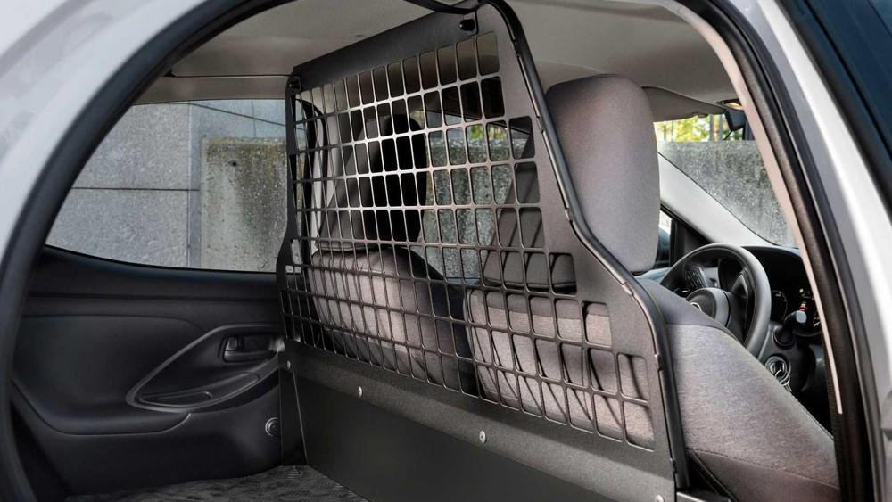 Vách ngăn dạng lưới, tách riêng cabin và khoang chở hàng của Toyota Yaris ECOVan 2021
