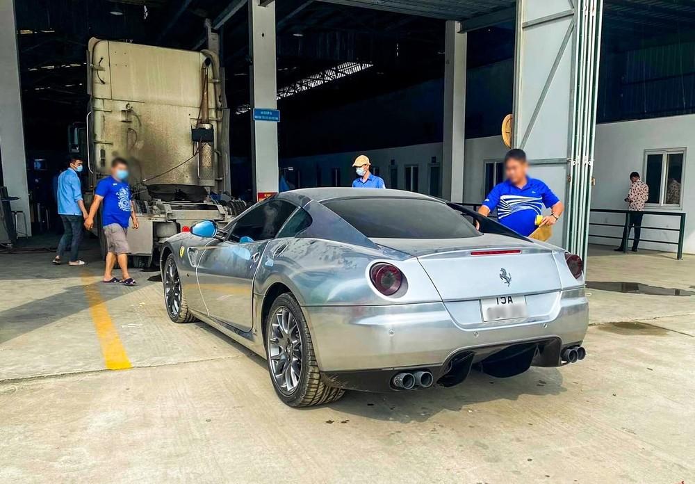 Siêu xe Ferrari 599 GTB lúc ở trạm đăng kiểm