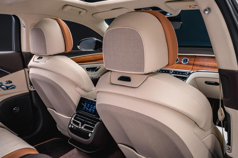 Màn hình thông tin giải trí của Bentley Flying Spur Hybrid Odyssean Edition 2022 có thể xoay vào trong để ẩn đi