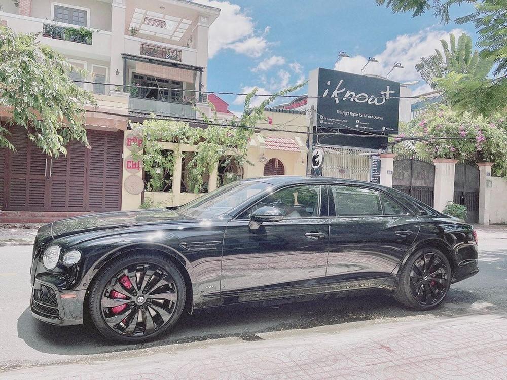 Cậu thích thú khám phá Bentley Flying Spur V8 First Edition của bố mới nhận bàn giao