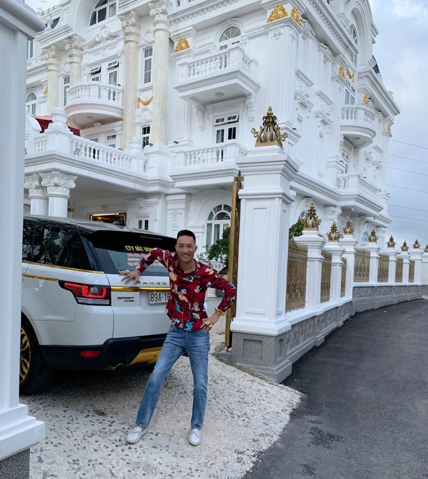 Huấn hoa hồng chụp ảnh bên chiếc Range Rover Sport của mình