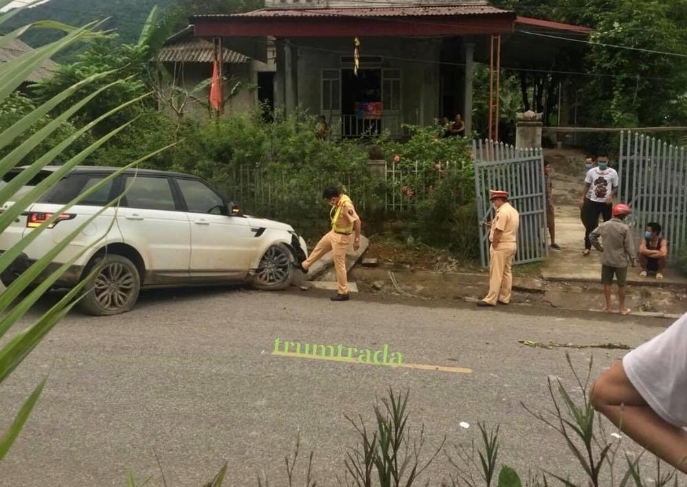 Lực lượng chức năng huyện Văn Chấn có mặt tại hiện trường vụ tai nạn