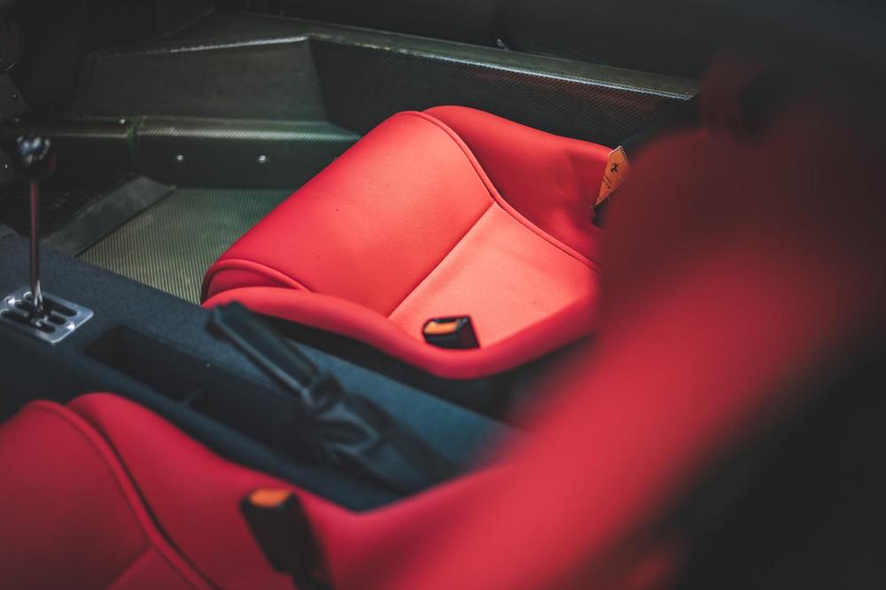 Ghế màu đỏ nổi bật của chiếc Ferrari F40