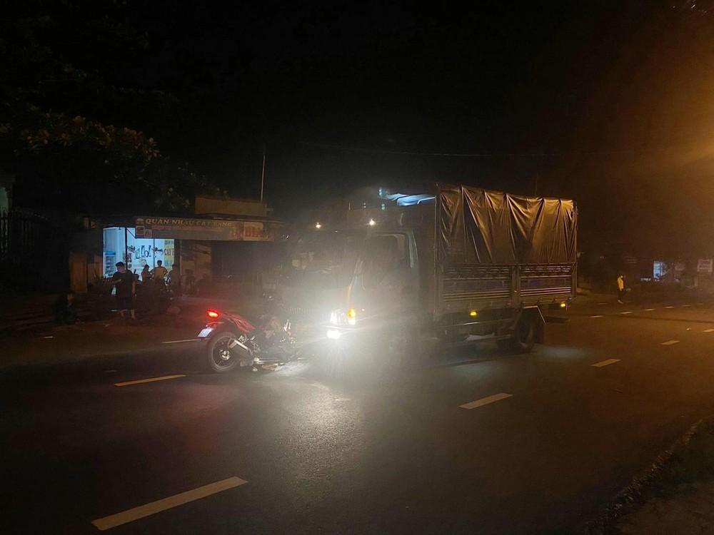 Hiện trường vụ xe Honda Winner X tông trực diện vào ô tô tải vào tối qua