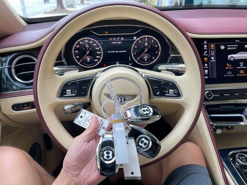 Vô-lăng cùng chìa khóa của xe Bentley Flying Spur V8 First Edition