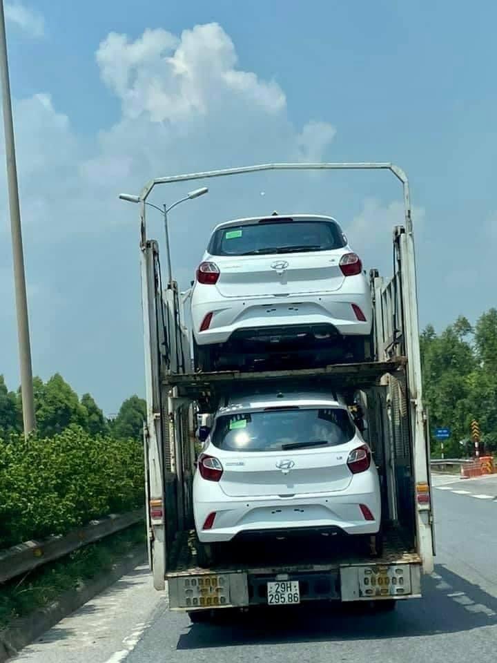 Hyundai Grand i10 2021 bị bắt gặp trên một xe chuyên chở mang biển số Hà Nội.