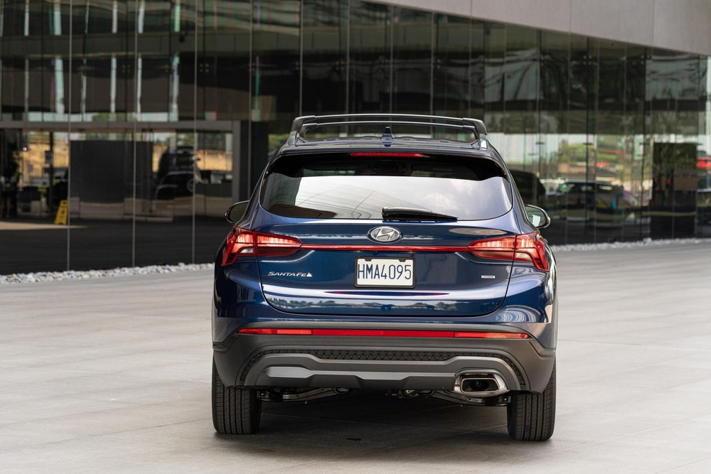 Hyundai Santa Fe XRT 2022 có cả tấm ốp gầm màu xám dưới đầu xe và đuôi xe