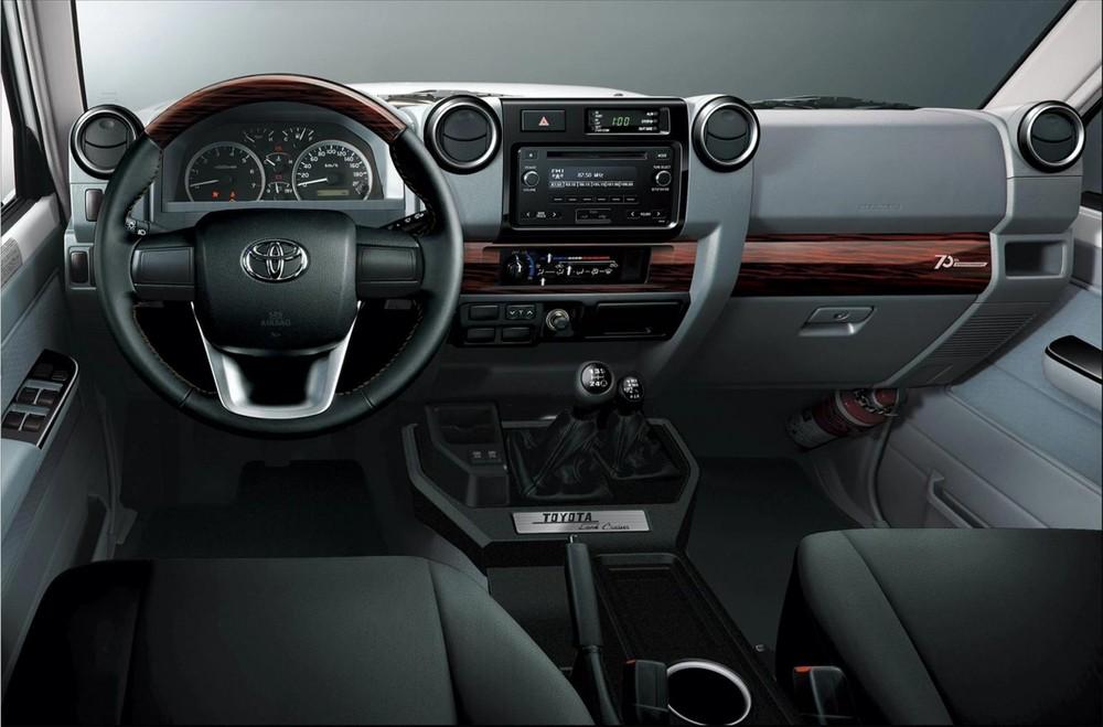 Nội thất bên trong Toyota Land Cruiser 70 Series 70th Anniversary