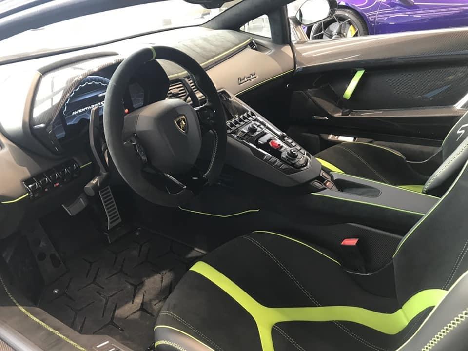 Khoang lái xe Lamborghini Aventador SVJ thứ 3 về nước