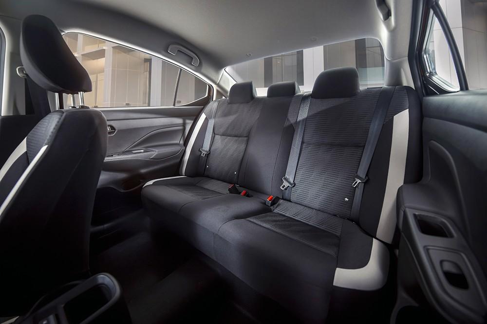Hàng ghế thứ 2 rộng rãi nhất phân khúc của Nissan Almera.
