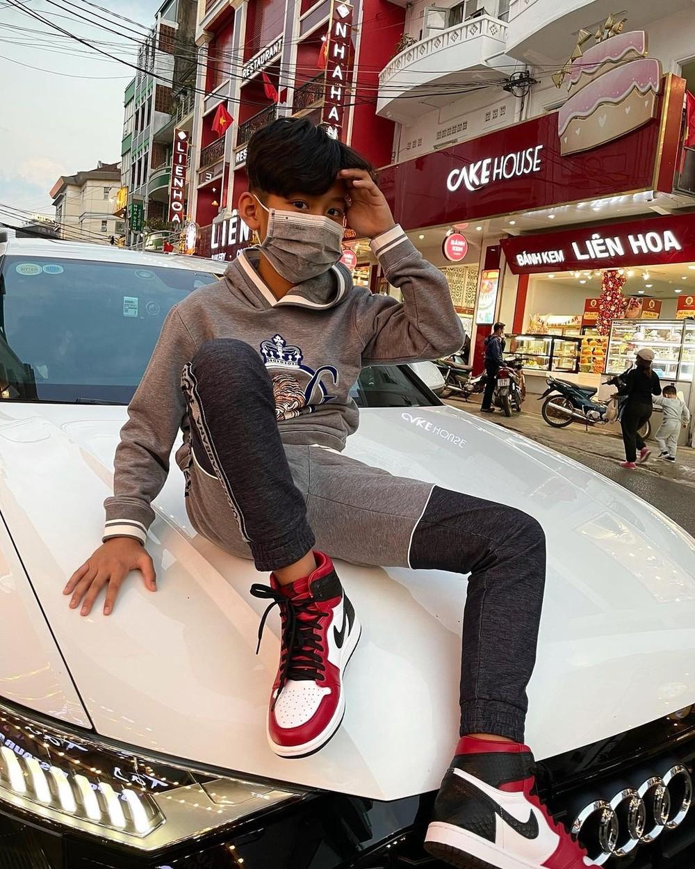 Con trai Lệ Quyên và chồng cũ Đức Huy diện Nike Jordan ngồi trên nắp capô của Audi Q8 có giá chính hãng 4,5 tỷ đồng