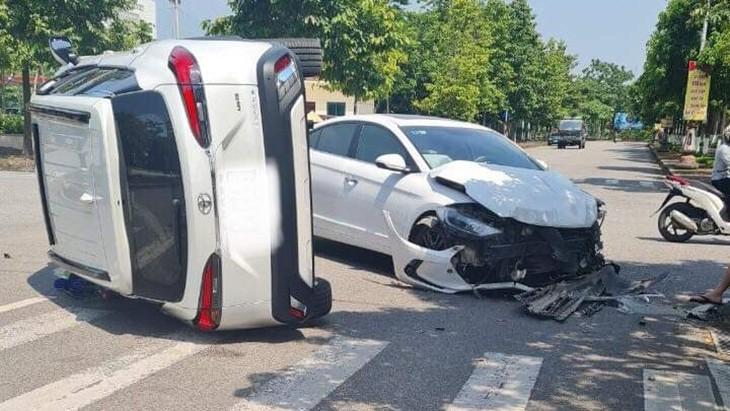 Chiếc xe Hyundai Elantra vỡ nát phần đầu xe