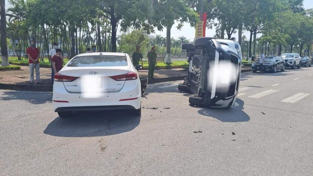 giữa xe Hyundai Elantra và Toyota Corolla Cross ở Bắc Ninh