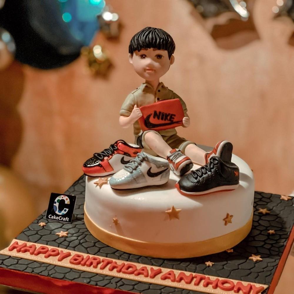 Bánh kem sinh nhật cũng thể hiện con trai của Lệ Quyên là 1 tin đồ của Nike Jordan
