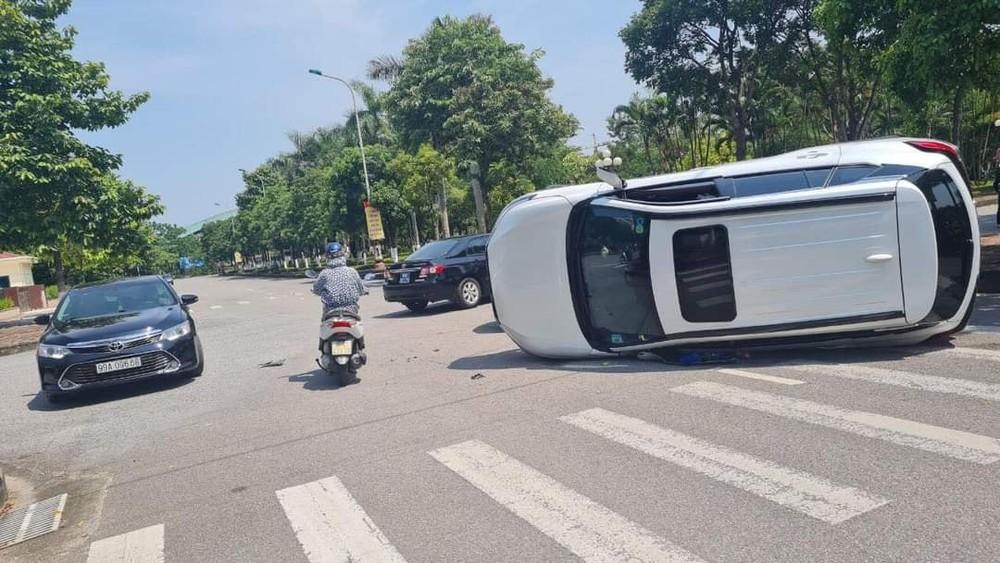 Chiếc xe Toyota Corolla Cross lật nghiêng bên đường
