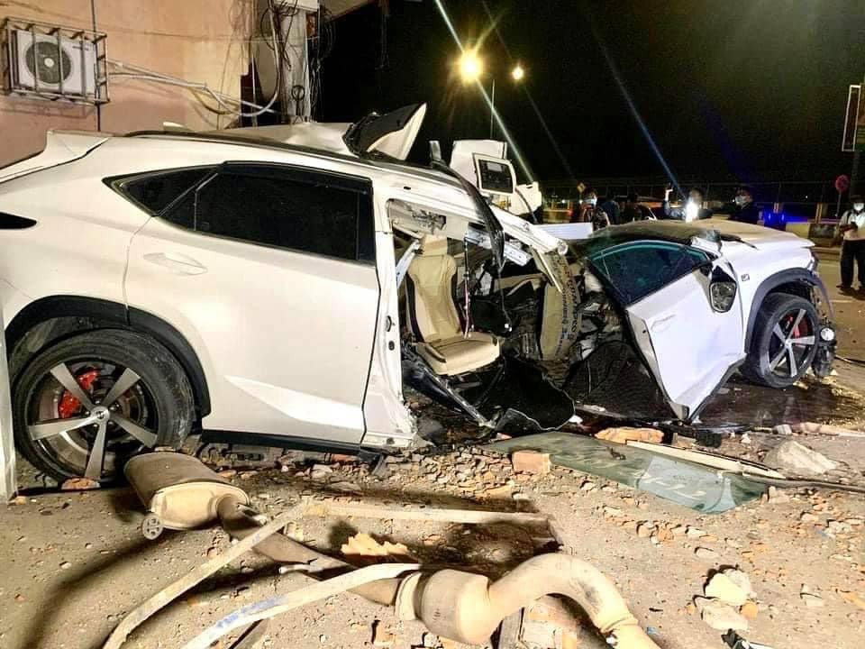 Nhiều phụ tùng của xe Lexus NX200t rơi ra ngoài, chẳng hạn như ống xả của xe