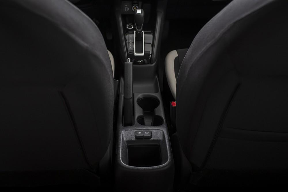 Nissan Almera không có bệ tì tay trung tâm