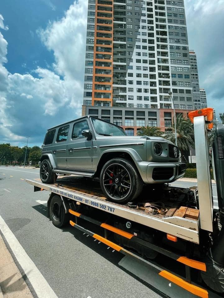 Chiếc SUV hạng sang Mercedes-AMG G63 màu Designo Platinum Magno Matte được mua không chính hãng do bên hông phải của xe vẫn có ống xả kép hướng ra bên ngoài