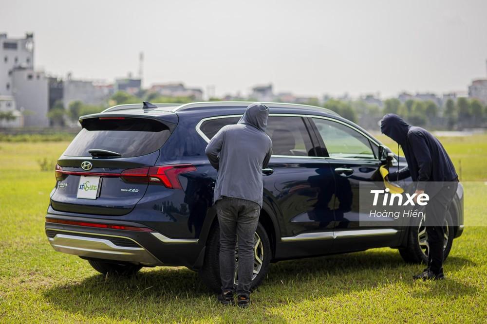 Đèn hậu phản quang ở Hyundai Santa Fe 2021 đã tinh tế hơn.