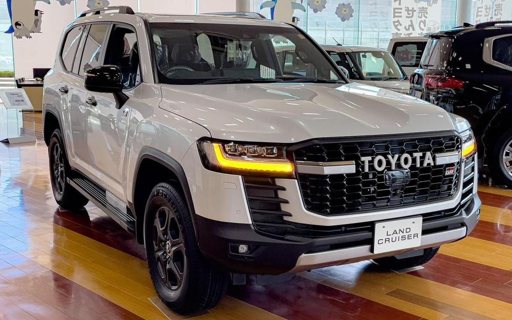 Toyota Land Cruiser GR Sport 2022 được trưng bày tại đại lý ở Nhật Bản