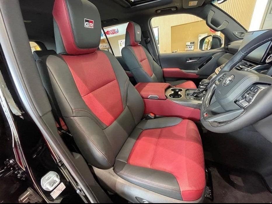 Ghế bọc da phối 2 màu và có logo GR-S trên tựa đầu ghế
