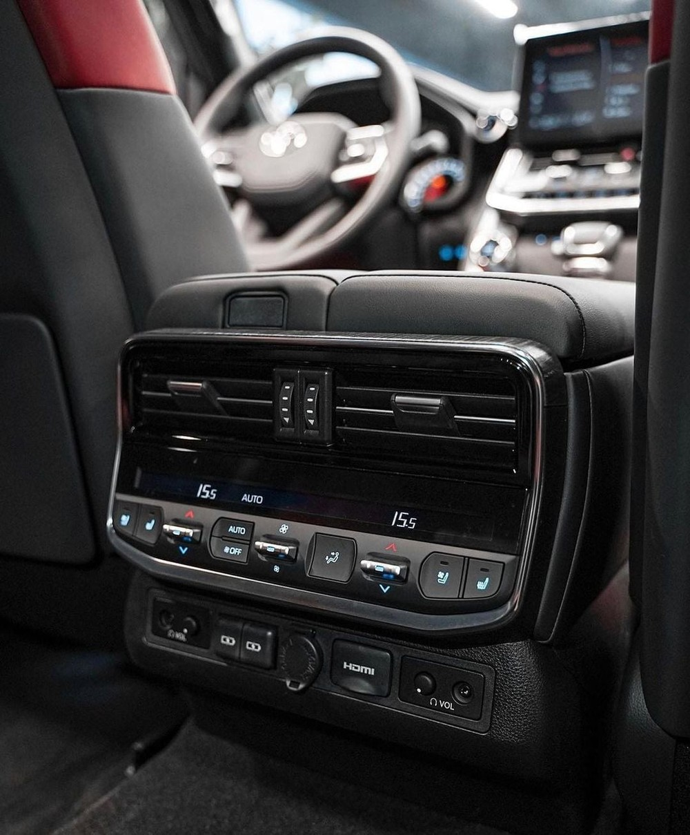 Cửa gió điều hòa và bảng điều khiển dành cho hành khách phía sau của Toyota Land Cruiser GR Sport 2022