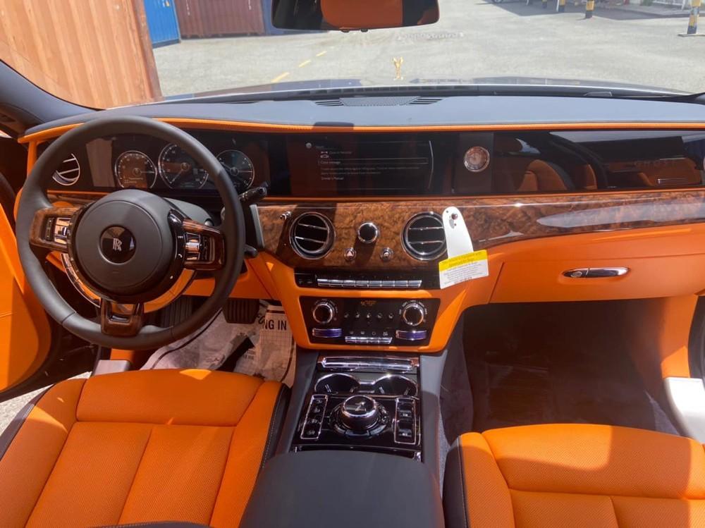 Nội thất chiếc xe siêu sang Rolls-Royce Ghost thế hệ mới vừa về dải đất hình chữ S có màu cam rất thời trang và gỗ ốp cao cấp