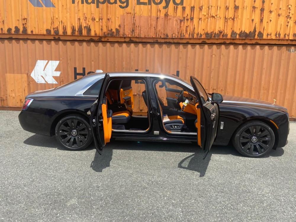 Chiếc xe này có bộ mâm đa chấu kép sơn đen và đường kẻ Coachline hoàn thành màu cam