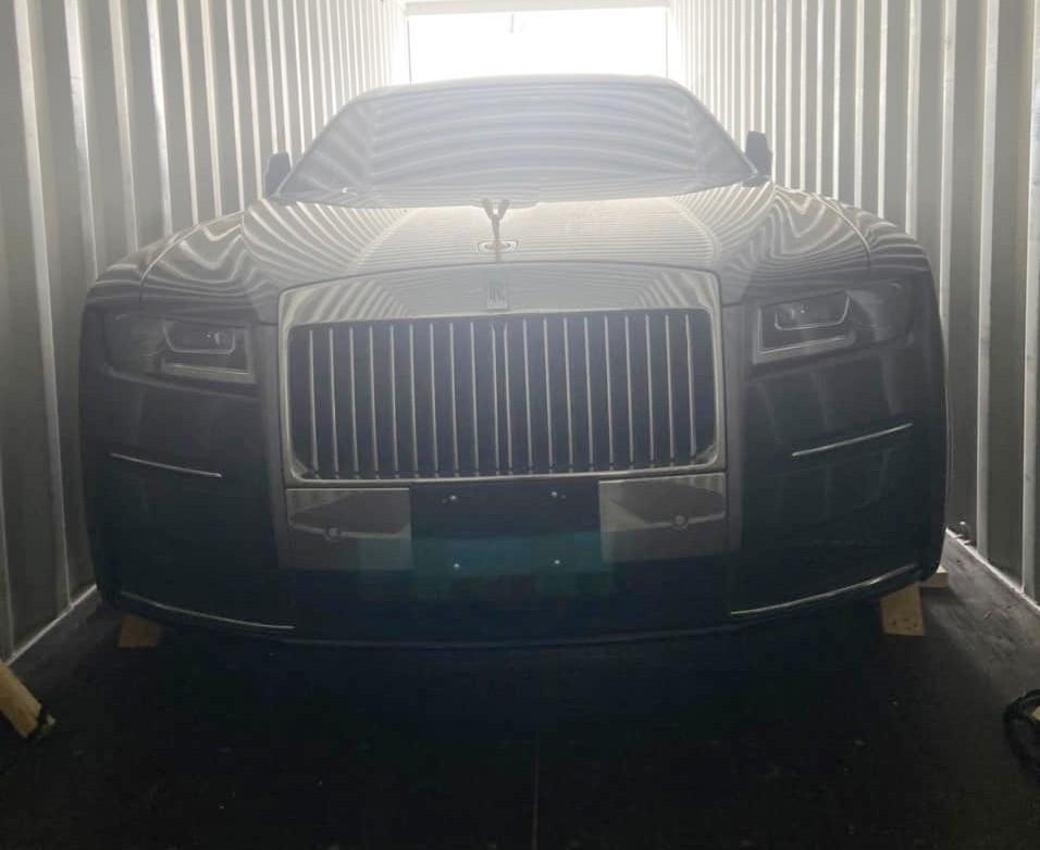 Hình ảnh khui công chiếc xe siêu sang Rolls-Royce Ghost 2021 mới về Việt Nam được công ty nhập khẩu tư nhân Hà Nội chia sẻ
