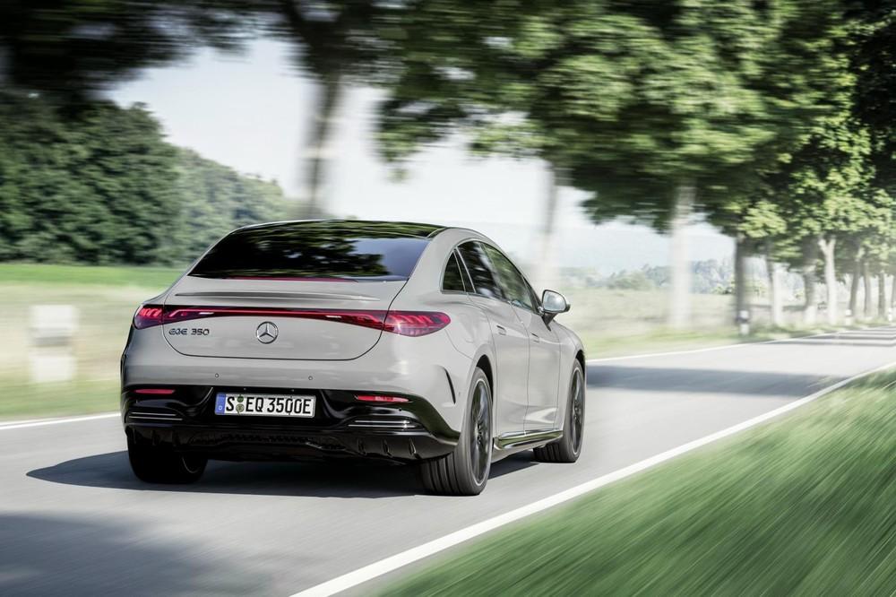 Mercedes-Benz EQE 2022 nhìn từ đằng sau
