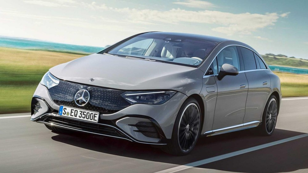Mercedes-Benz EQE 2022 là đàn em của EQS