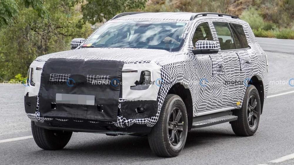 Ford Everest 2022 chạy trên đường thử