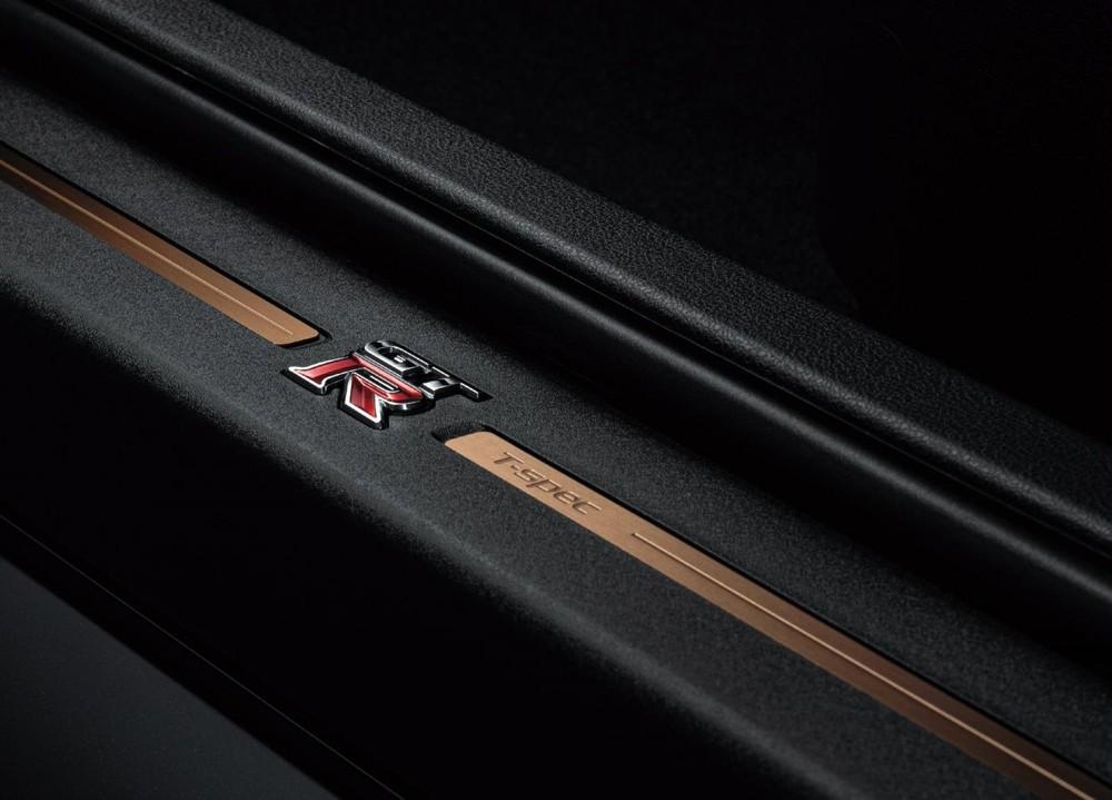 Logo T-Spec ở ốp bậc cửa của Nissan GT-R T-spec 2022