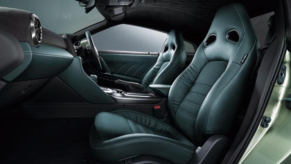 Ghế bọc da màu xanh phối da lộn của Nissan GT-R T-spec 2022