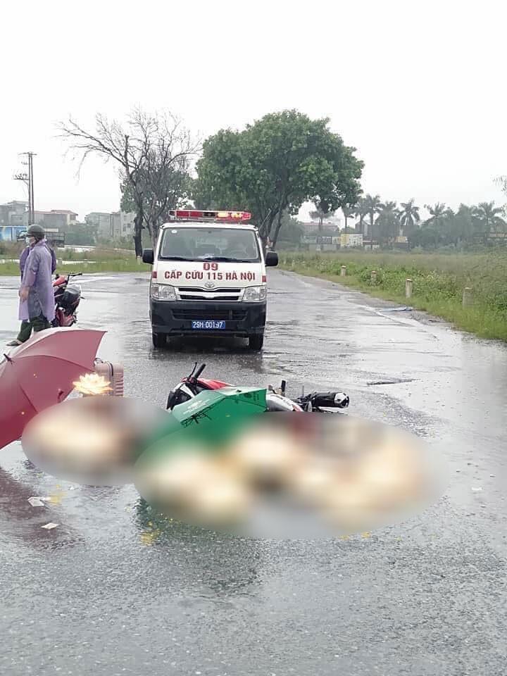 Hai người đi xe máy tử vong trong cơn mưa lớn tại Hà Nội