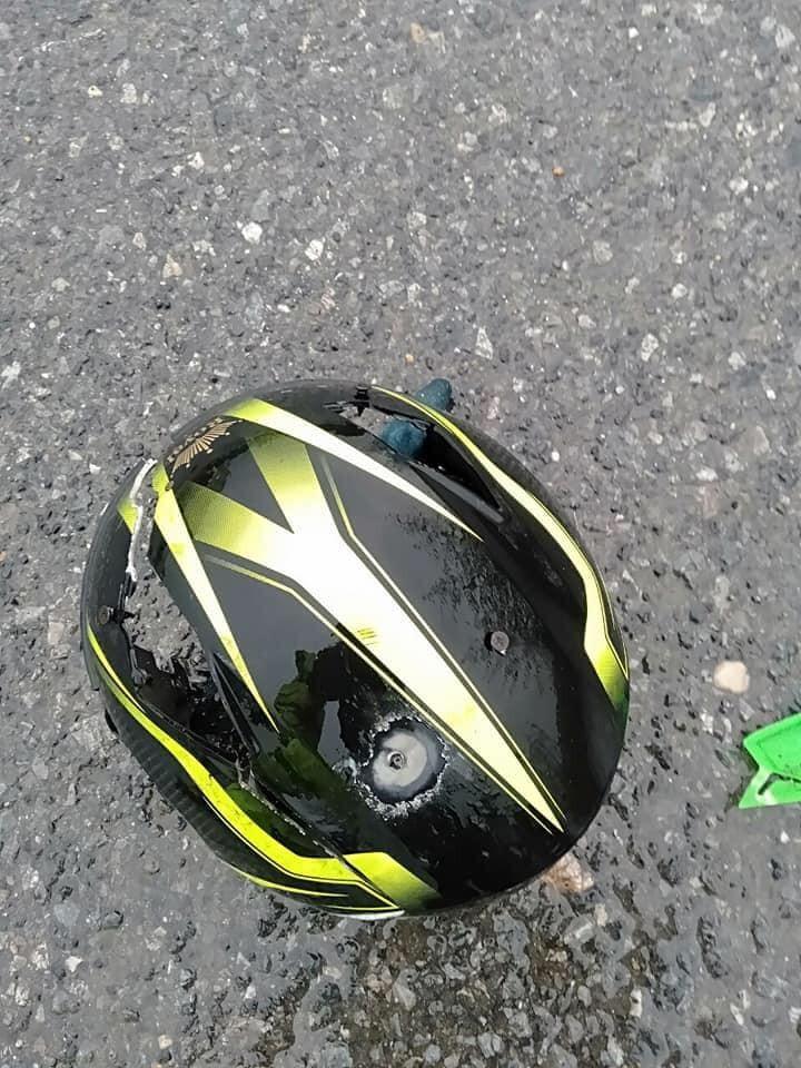 Mũ bảo hiểm của một nạn nhân bị thủng một vết lớn