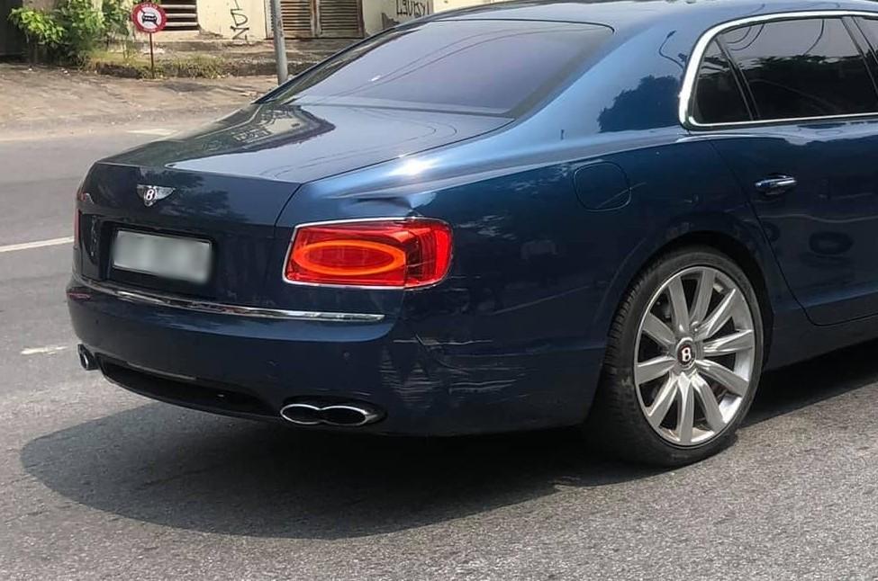 Hình ảnh chiếc xe siêu sang hư hỏng khá nặng đuôi xe sau va chạm với xe máy, 1 phần cản va sau và bên hông xe xước dài, đèn pha bị nghi vấn vỡ và phía trên còn có vết móp khá sâu