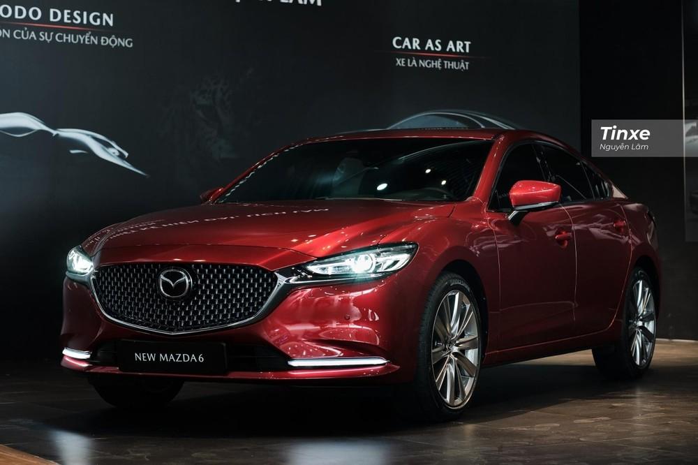 Giá bán của Mazda6 khởi điểm từ 889 triệu và cao nhất lên tới 1,049 tỷ đồng cho 3 phiên bản.