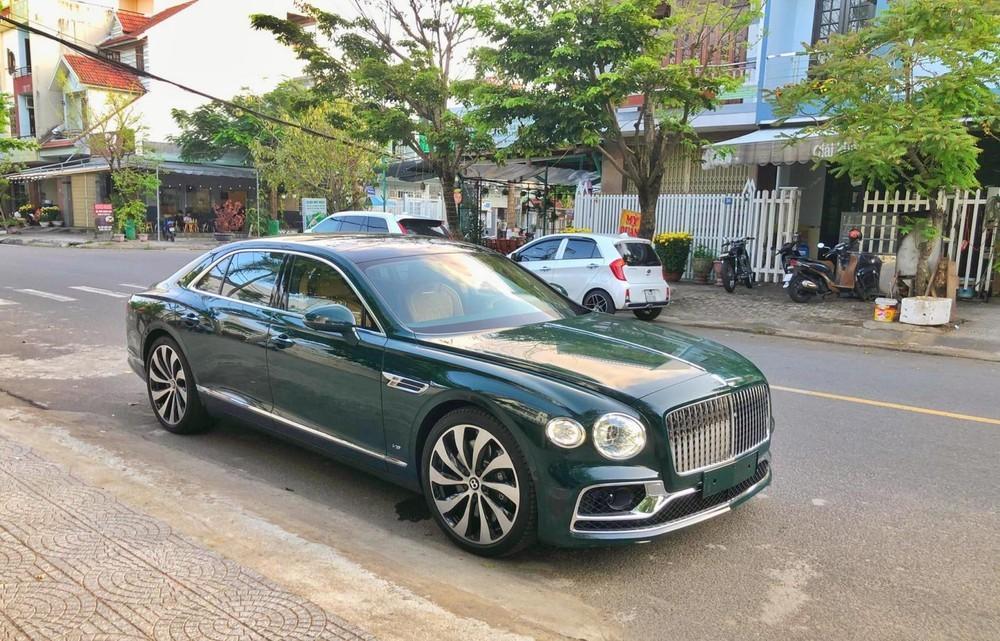 Chiếc xe siêu sang Bentley Flying Spur First Edition của đại gia lan đột biến Hóc Môn mang bộ áo xanh rêu tương tự xe trong ảnh