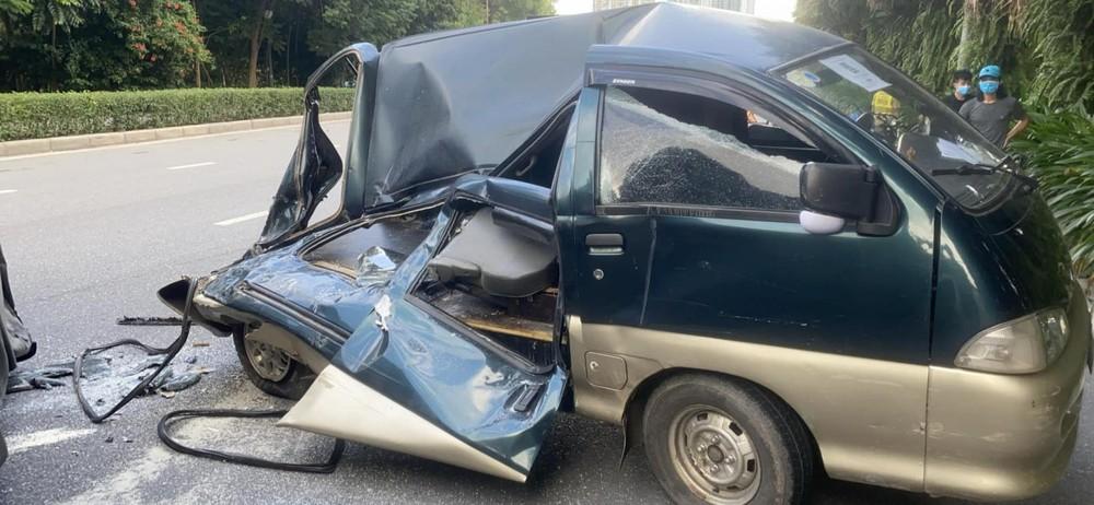 Chiếc xe van Daihatsu Citivan bị hư hỏng nặng sau vụ tai nạn