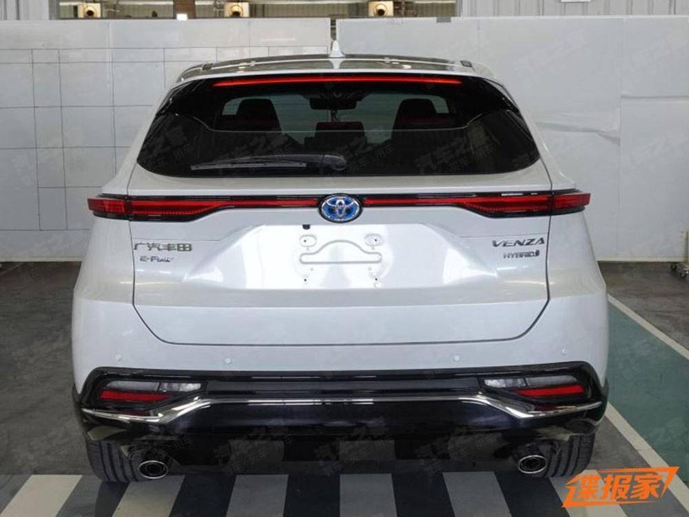 Toyota Venza 2022 phiên bản hybrid sẽ đi kèm logo màu xanh dương như dấu hiệu nhận biết