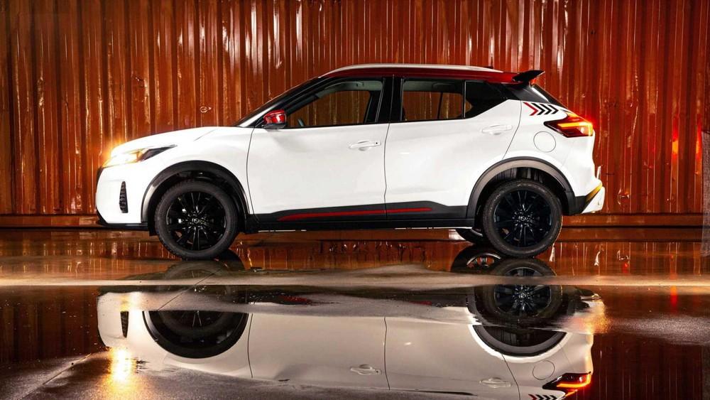 Nissan Kicks XPlay 2022 còn có nhiều chi tiết ngoại thất màu đỏ làm điểm nhấn