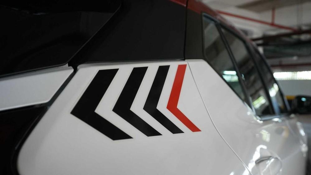 Đề-can hình mũi tên trên cột C của Nissan Kicks XPlay 2022
