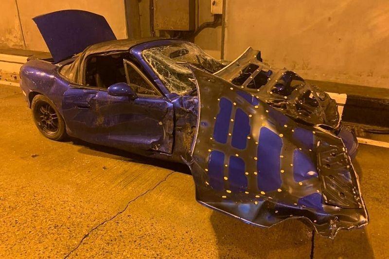 Chiếc xe màu xanh tại hiện trường vụ tai nạn